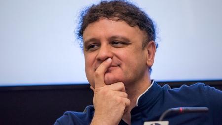El filósofo Miguel Ángel Quintana Paz en actitud reflexiva