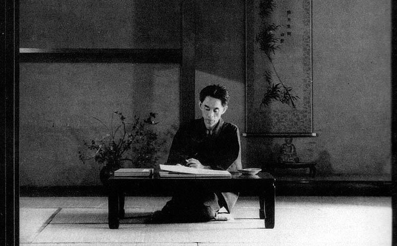 El escritor Yasunari Kawabata en su mesa de trabajo